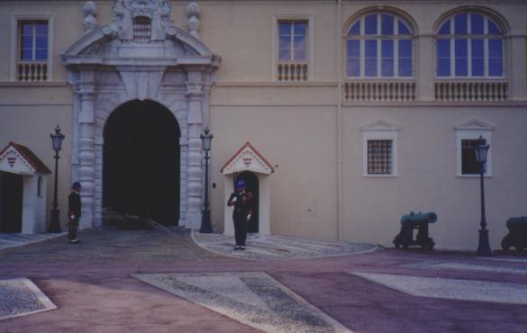El cambio de guardia a las 11:55 am en el Palacio del Príncipe.