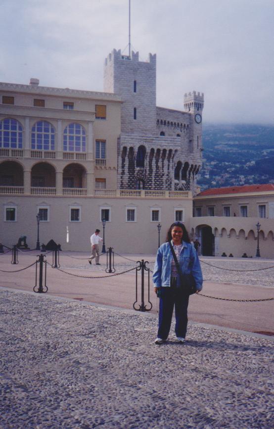 Caminando por los alrededores del Palacio del Príncipe.