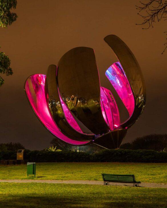 Escultura de la Floralis Genérica Iluminada de Rosa en la semana de la Lucha contra el Cáncer de Mama.