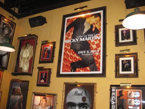 Ricky Martin famoso cantante boricua.